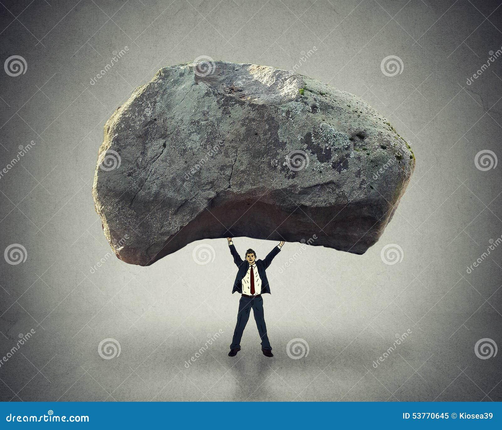 Actionnez la capacité de direction d inspirer l homme se soulevant vers le haut du rocher énorme