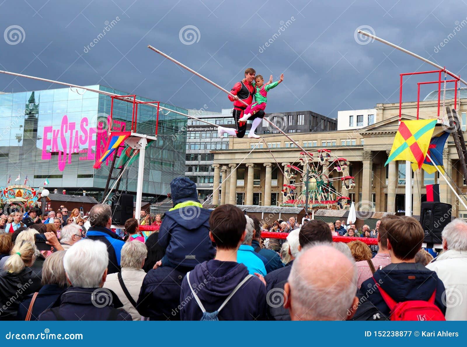 Actitud del hombre y del muchacho en una cuerda tirante en Alemania