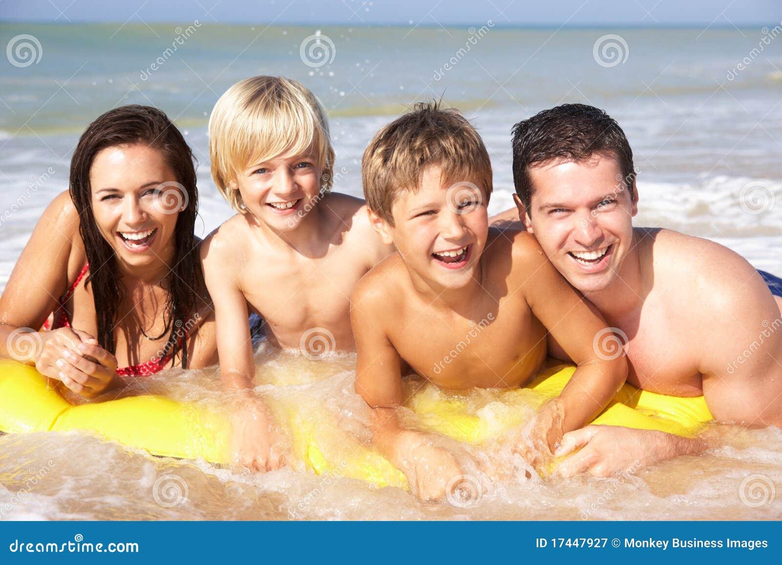 Actitud joven de la familia en la playa