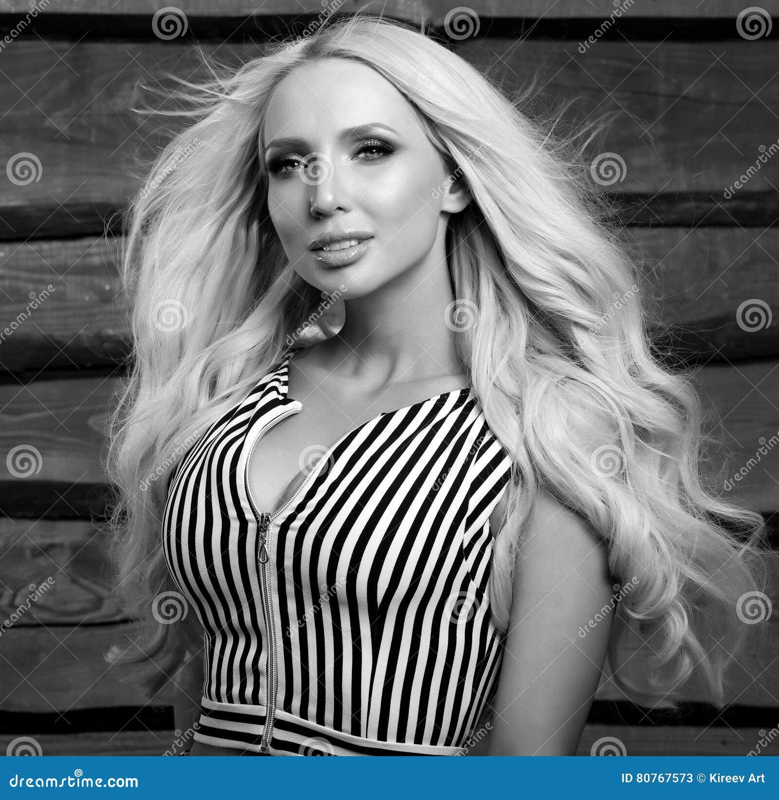 Actitud rubia sensual y de la belleza joven de la mujer en fondo de madera foto Negro-blanca