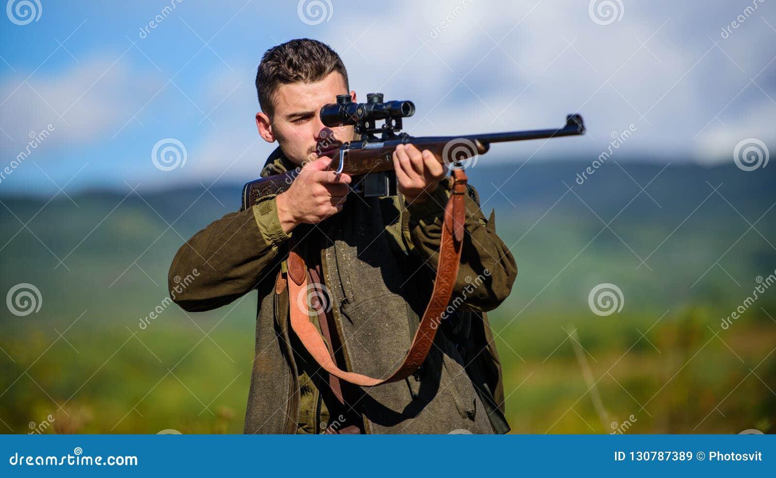 Actividad masculina de la afición Cazador del hombre que apunta el fondo de la naturaleza del rifle La experiencia y la práctica