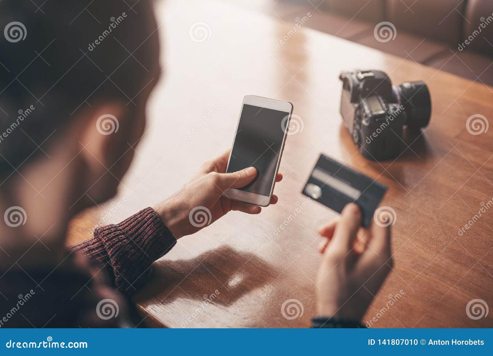 Actividades bancarias en línea con el teléfono elegante, número de la reescritura de la tarjeta de crédito