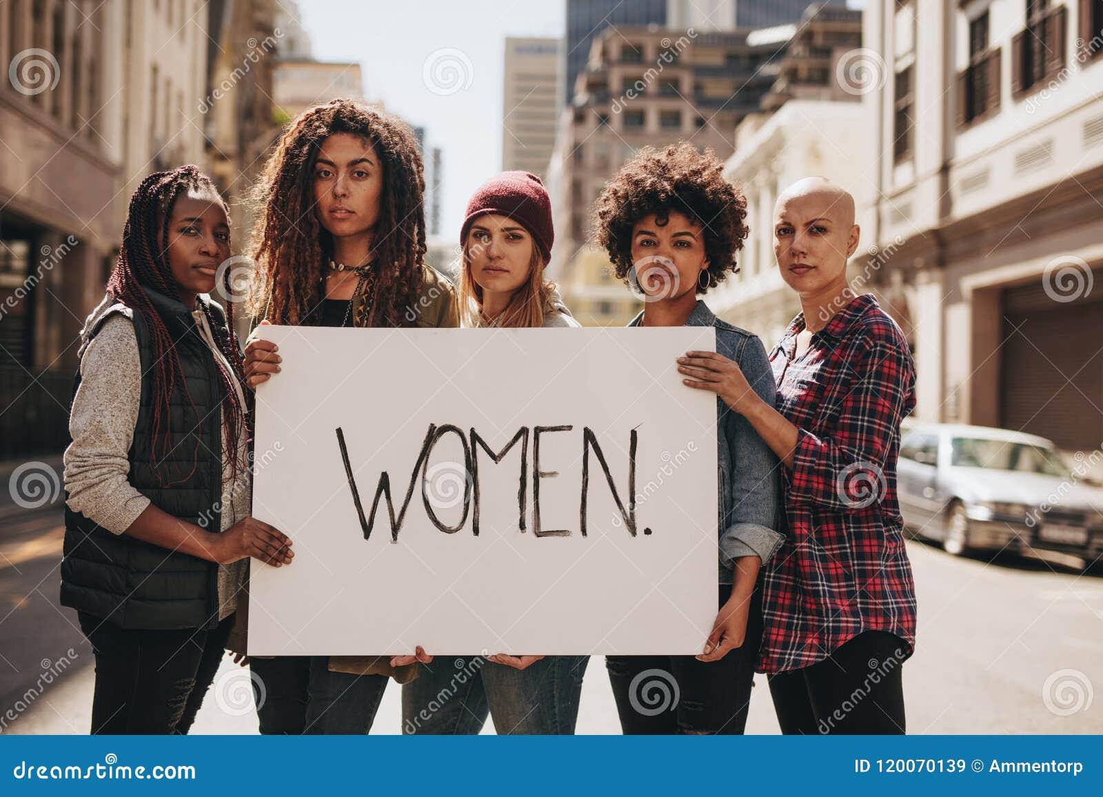 Activist die voor vrouwenrechten protesteren