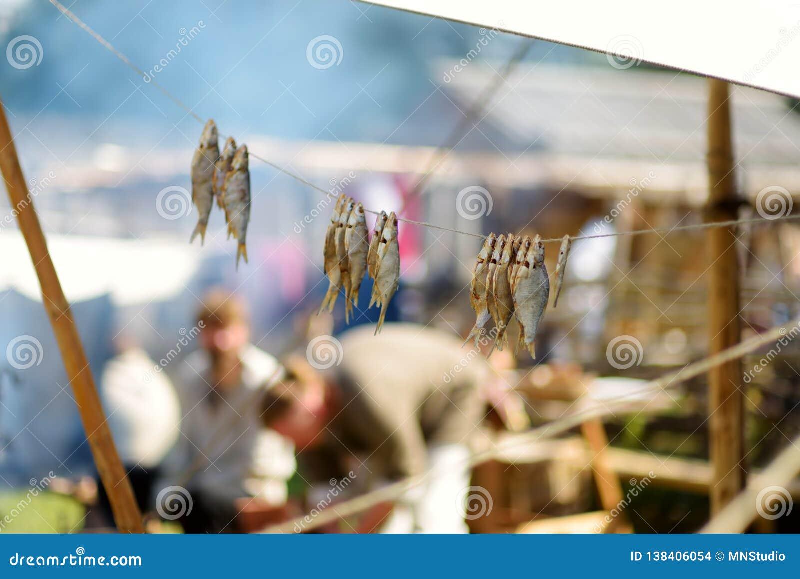 Activistes historiques de reconstitution préparant la nourriture au-dessus d un feu ouvert pendant le festival médiéval annuel, j