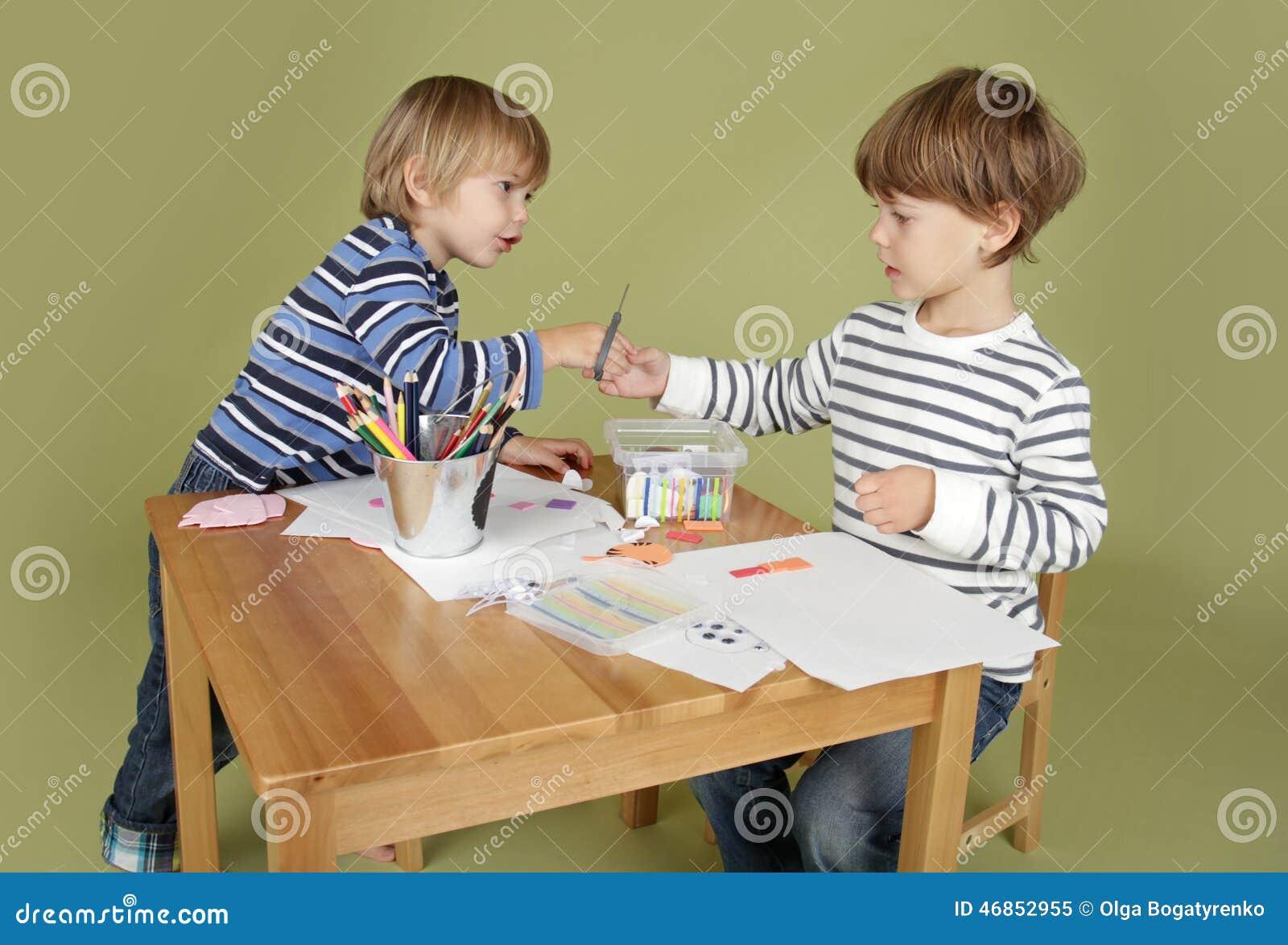 Activité d arts et de métiers d enfants, partageant