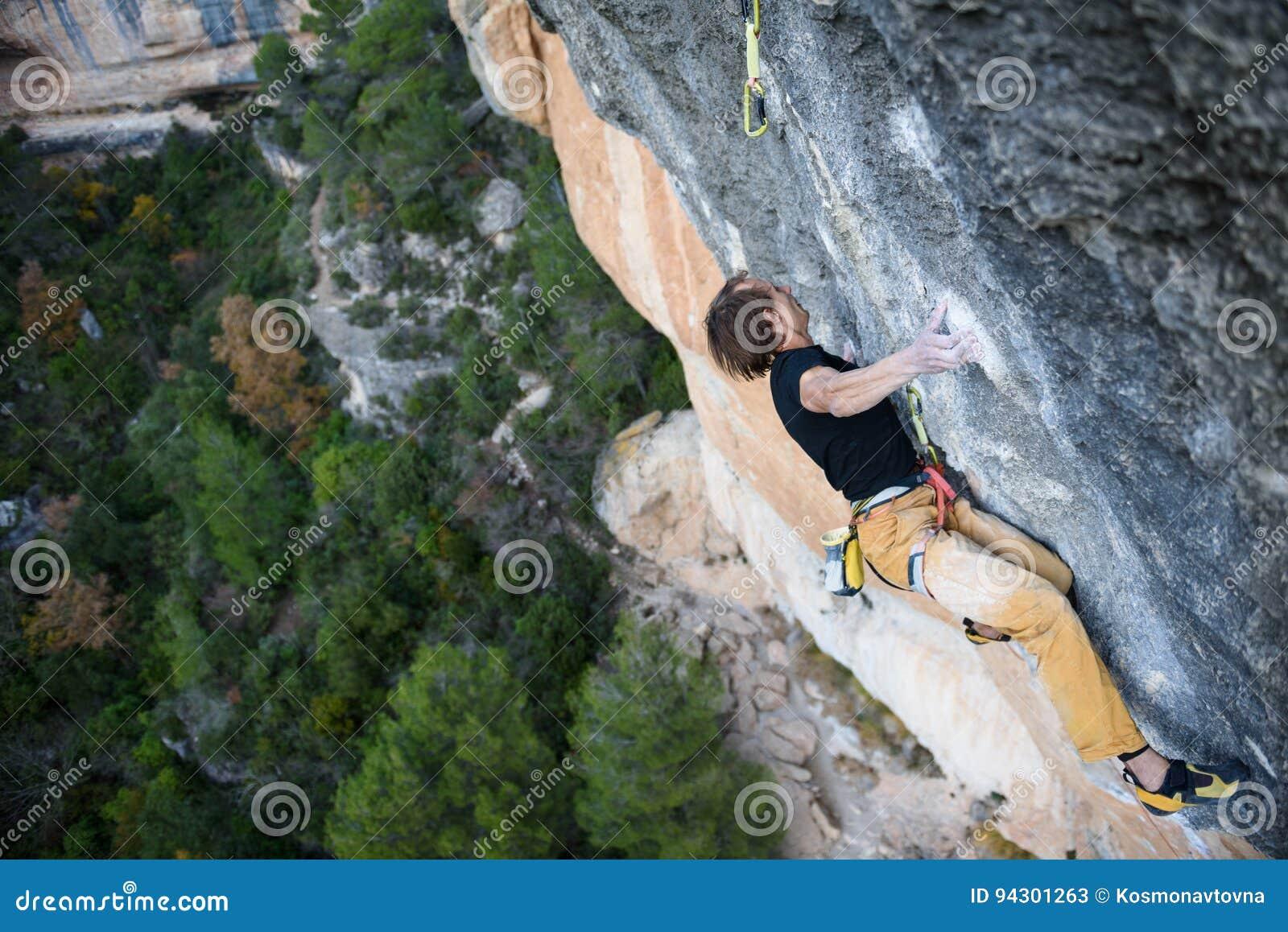 Activité de sport en plein air Grimpeur de roche montant un cli provocant