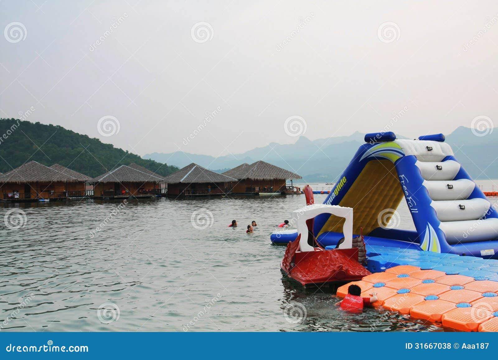 Activit de l 39 eau la r sidence de flottement de maison dans kanchanaburi la tha lande photo - Activite a la maison ...
