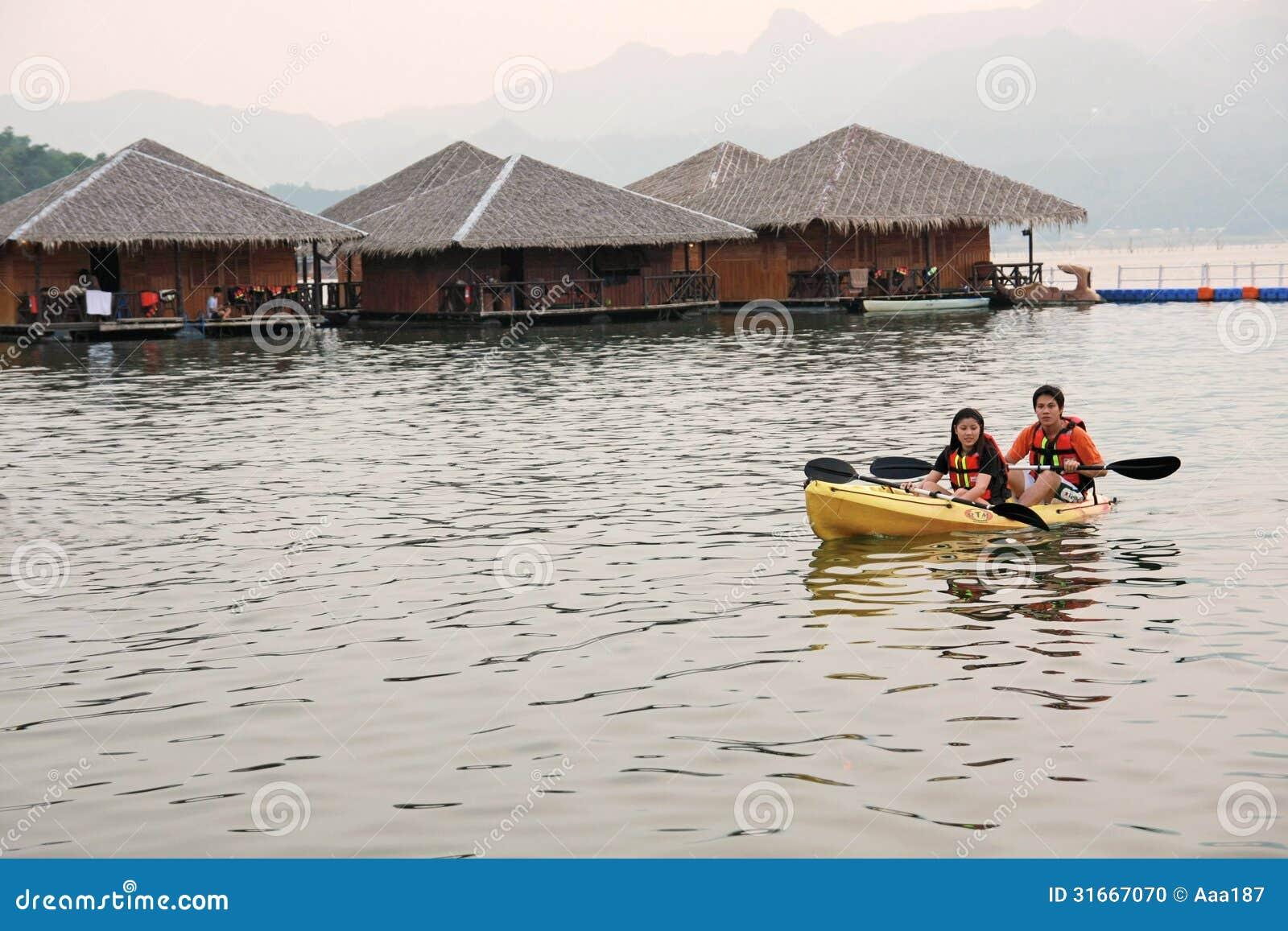 Activit de l 39 eau la r sidence de flottement de maison dans kanchanaburi la tha lande image - Activite a la maison ...