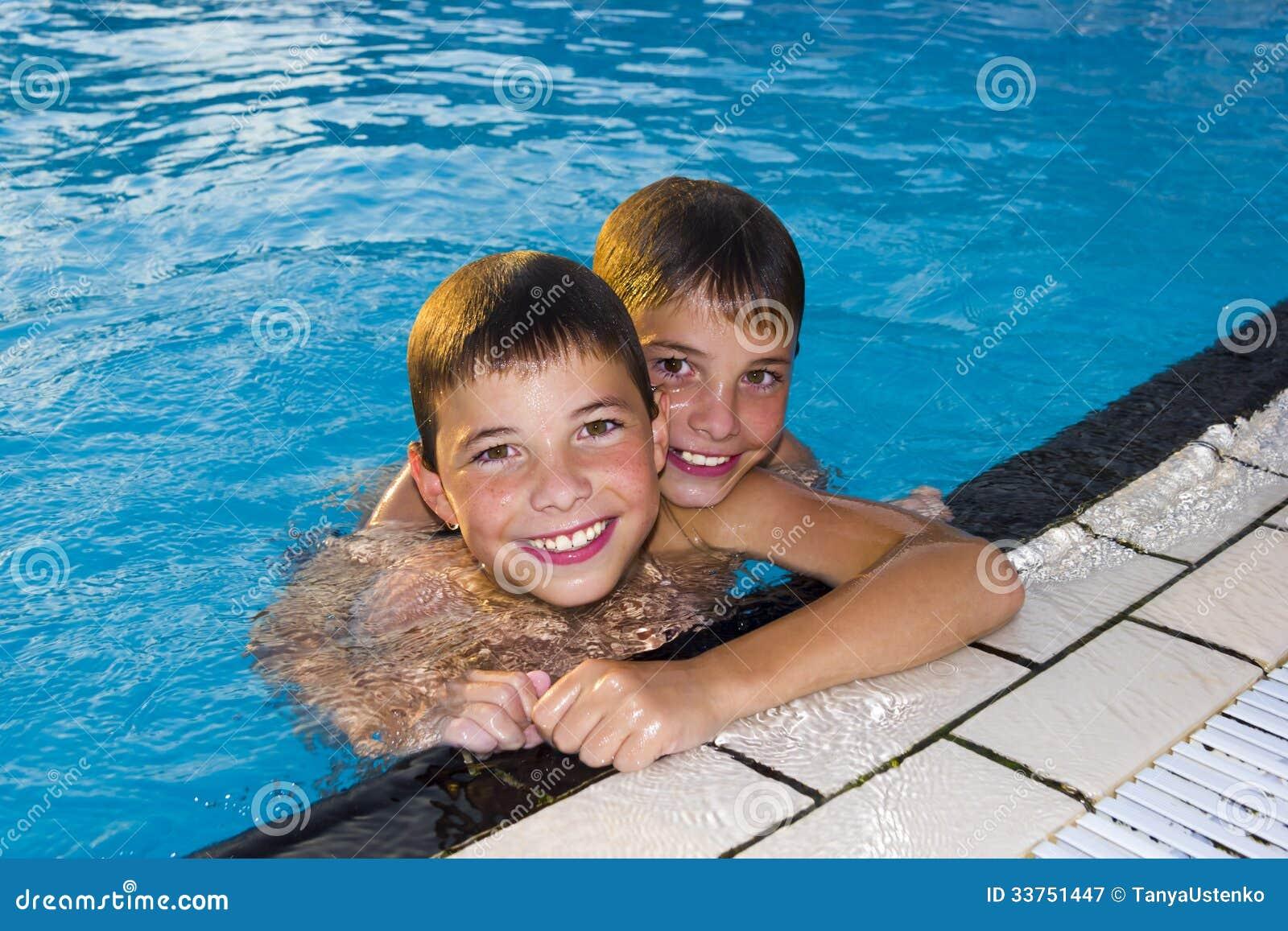 Fonkelnieuw Activiteiten Op De Pool. Leuke Jongens Die En In Water Zwemmen OW-91
