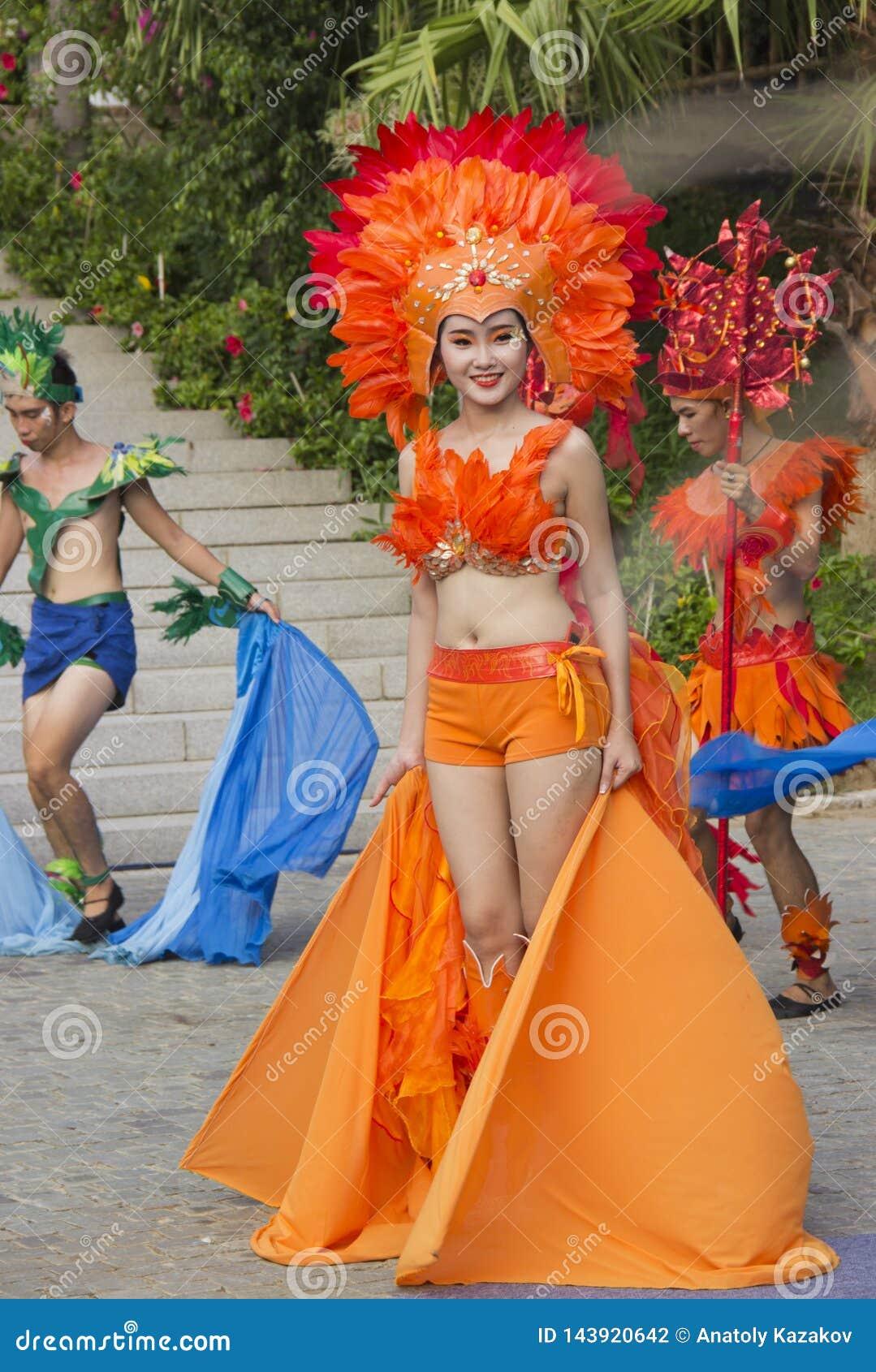 Actores en trajes del carnaval