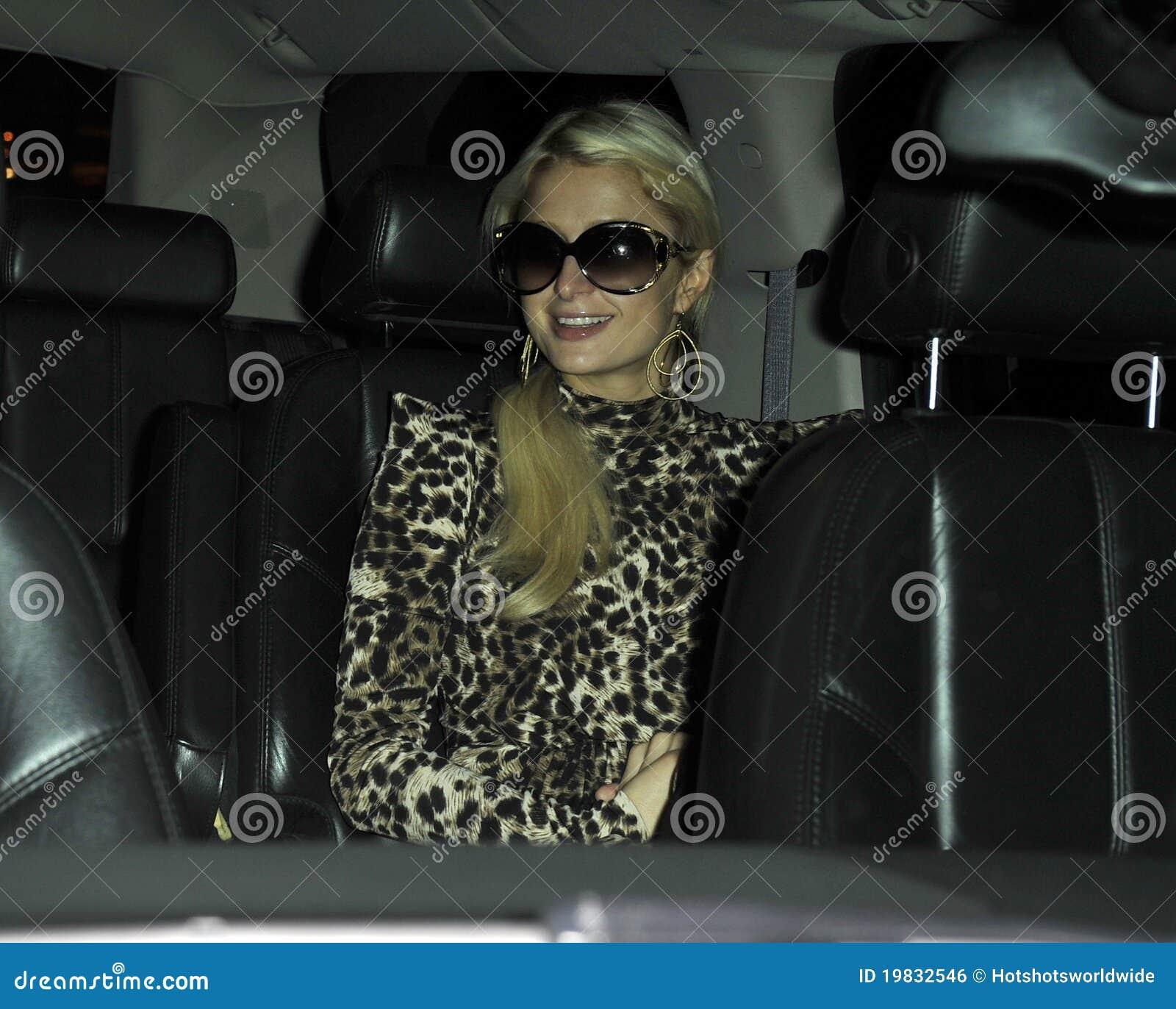 Actrice Parijs Hilton&boyfriend bij LOSSE luchthaven, CA