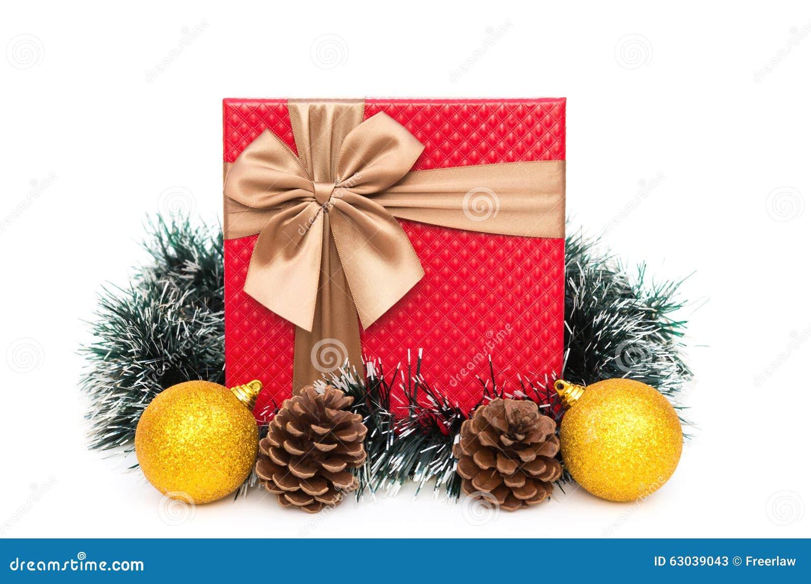 Actual caja con la decoración de la Navidad en el fondo blanco