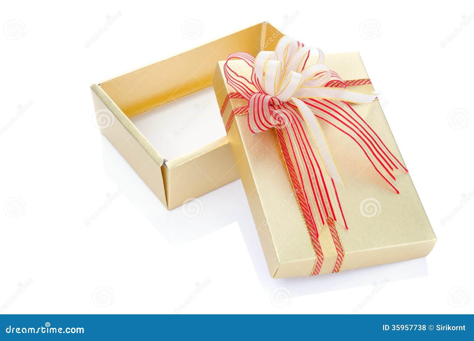 Actual caja de regalo del oro con el arco de forma aplastante aislado en blanco