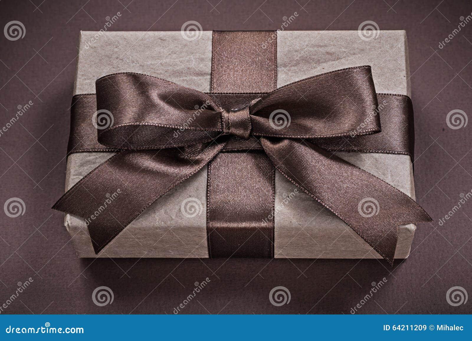 Actual caja en concepto marrón de los días de fiesta del fondo