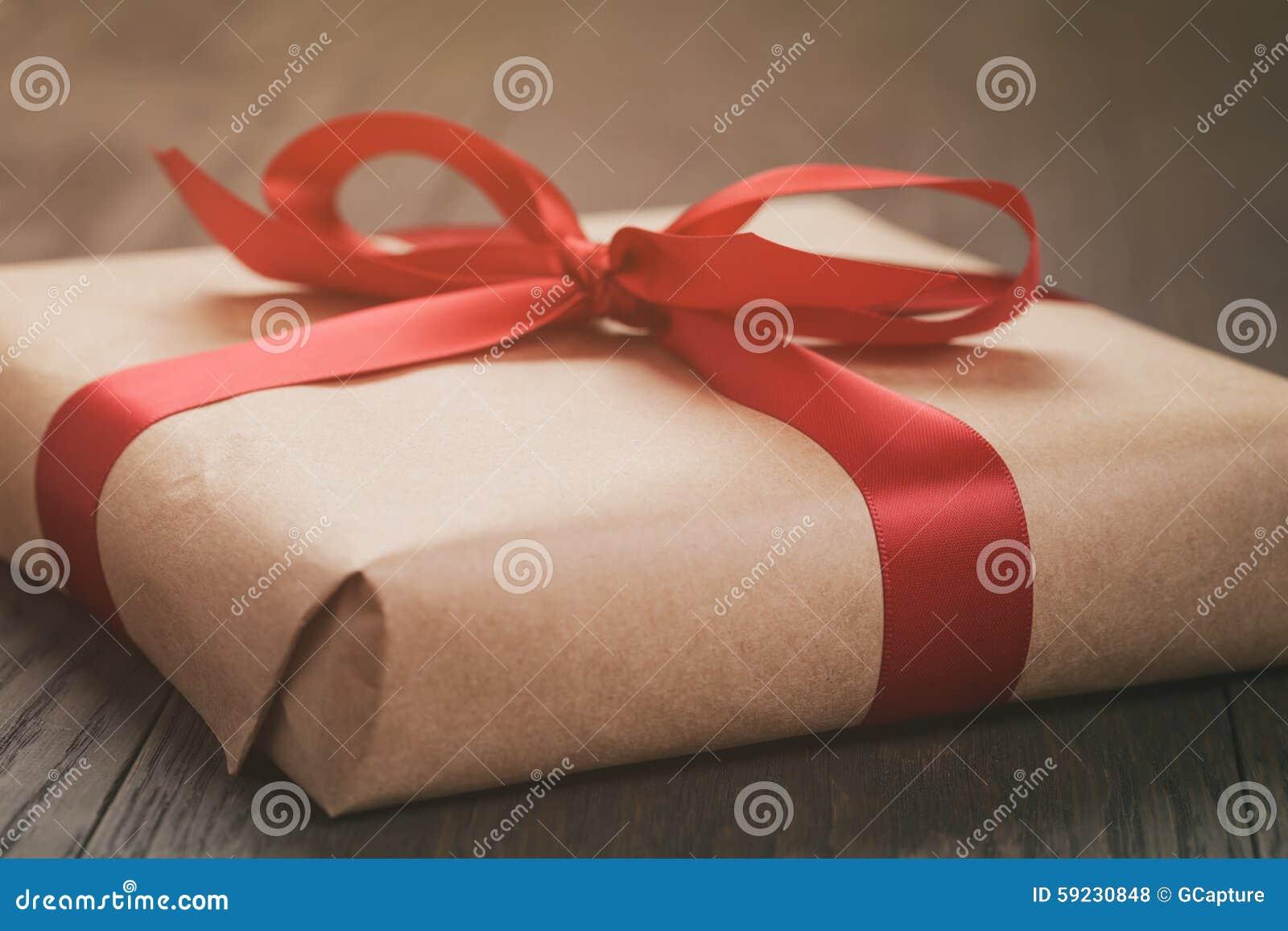 Download Actual Caja Rústica Con La Cinta Roja En La Tabla De Madera Foto de archivo - Imagen de tarjeta, regalo: 59230848