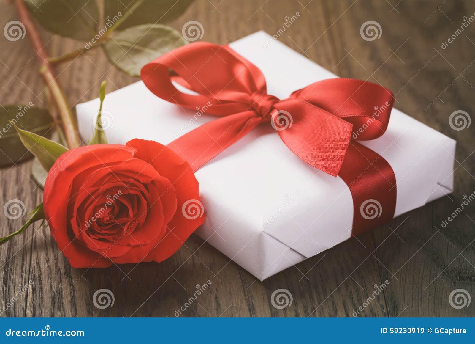 Download Actual Caja Rústica Con La Cinta Roja En La Tabla De Madera Imagen de archivo - Imagen de rectángulo, navidad: 59230919