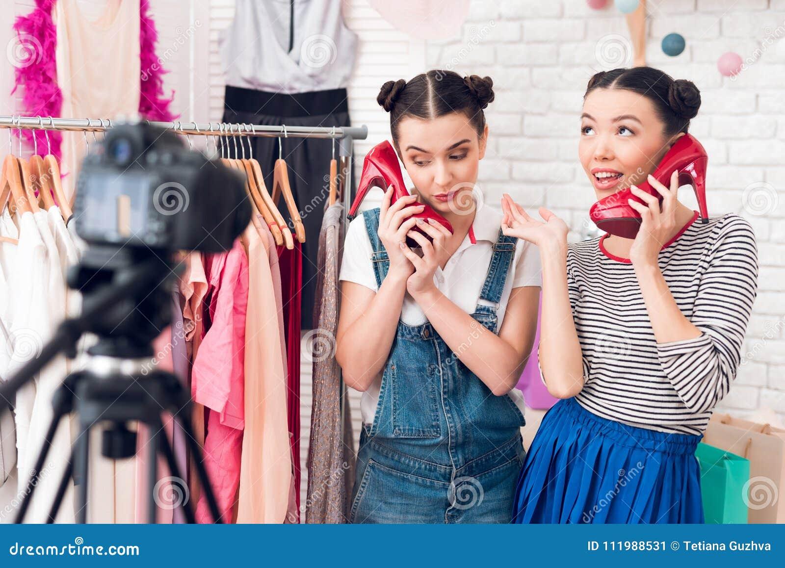 5ec4bf85da7 Actual vestido colorido de dos de la moda muchachas del blogger y zapatos  rojos a la