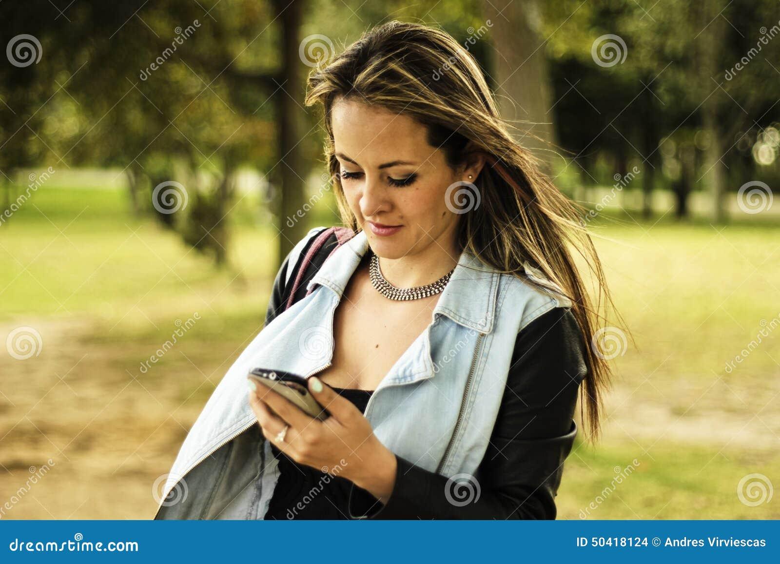 Actualités de lecture de femme sur un téléphone portable