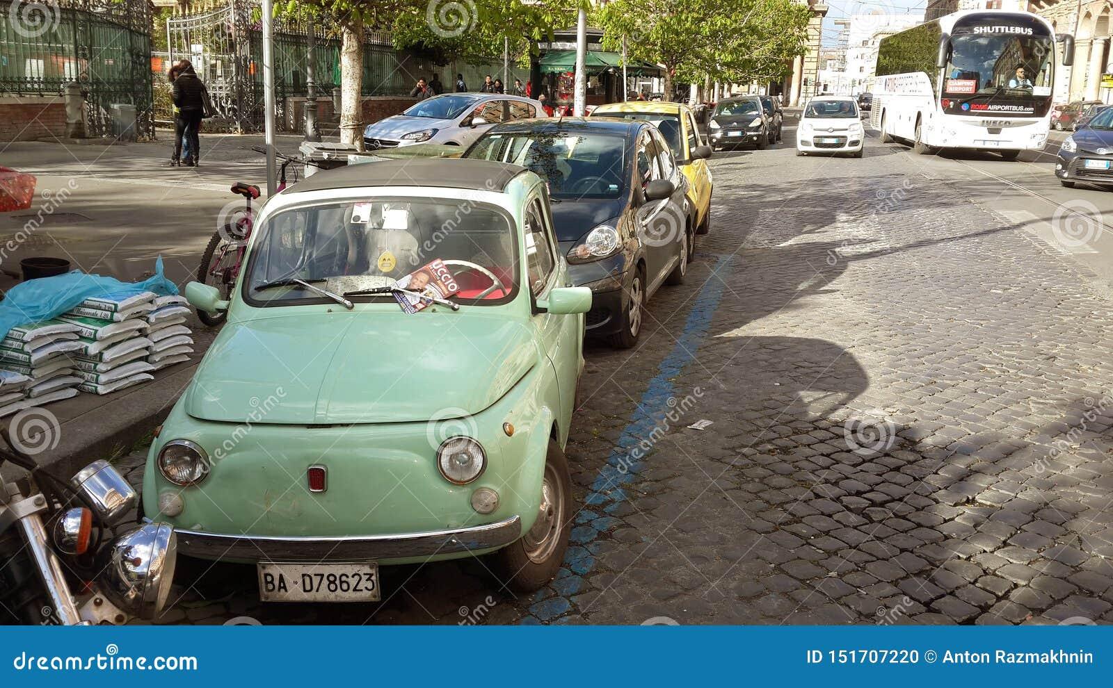 Acuñe el coche viejo en las calles de Roma