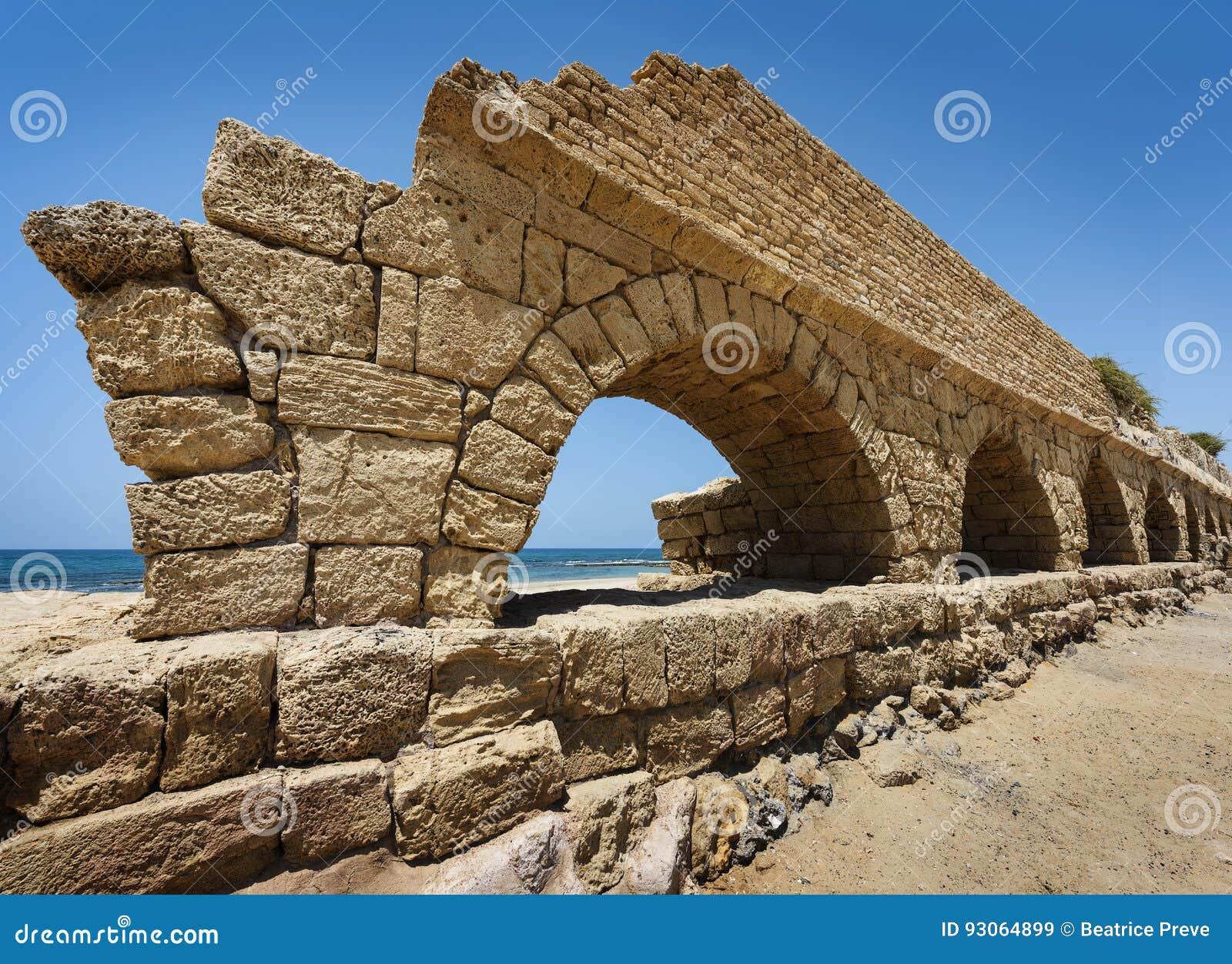 Acueducto romano antiguo en Ceasarea en la costa del Mediterra