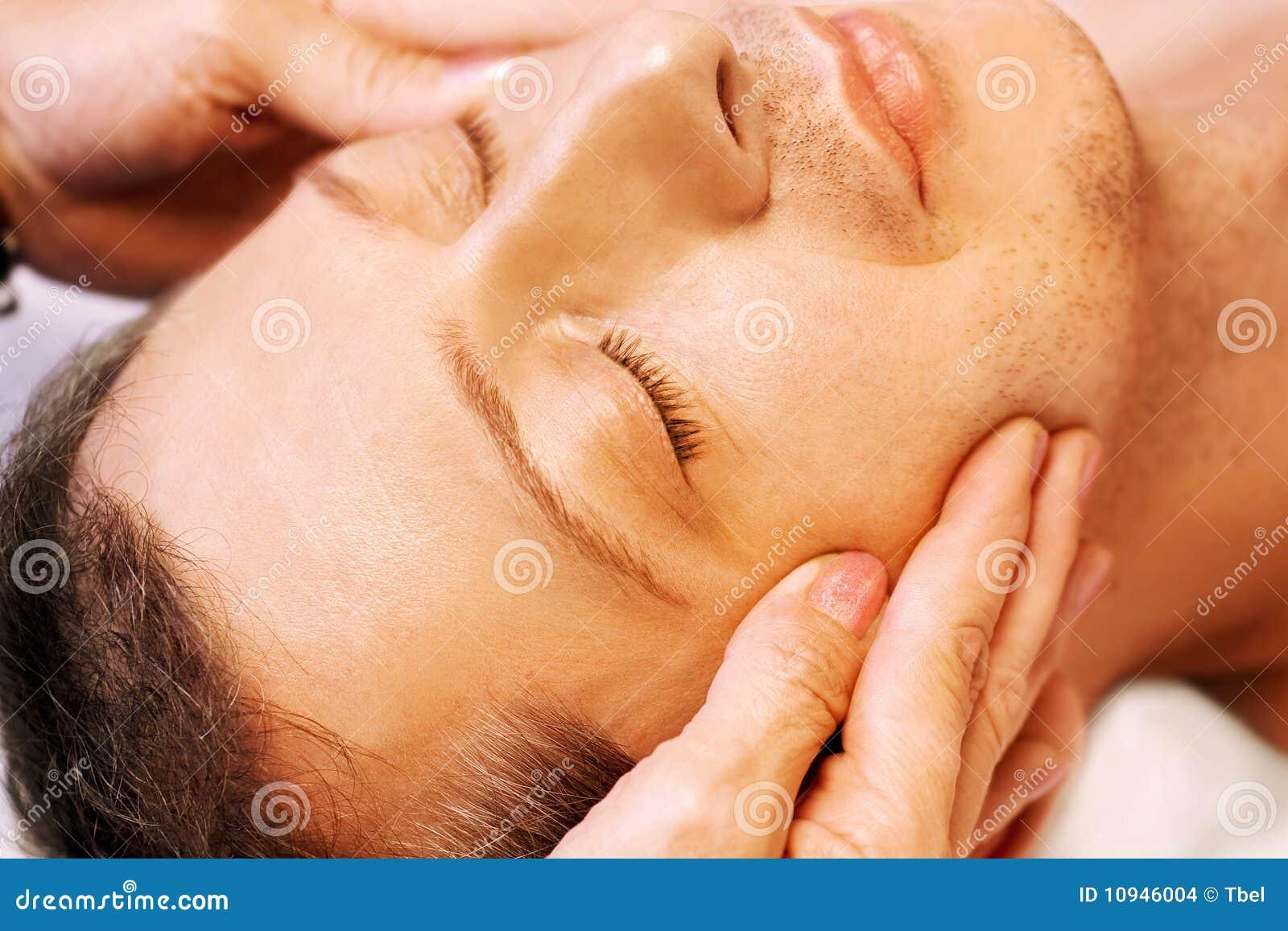 Acupressure получает лежа reiki массажа человека