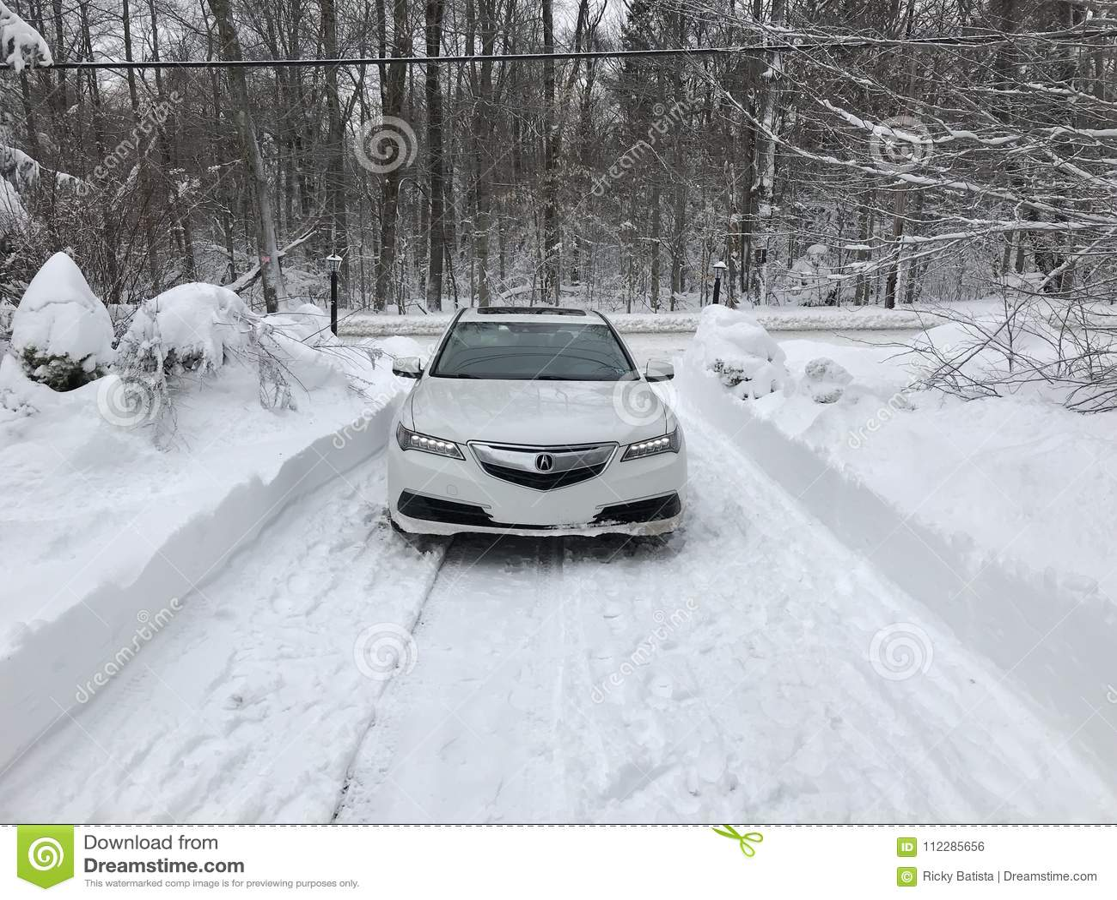 Acura Telex AWD en la nieve en invierno con las luces encendido
