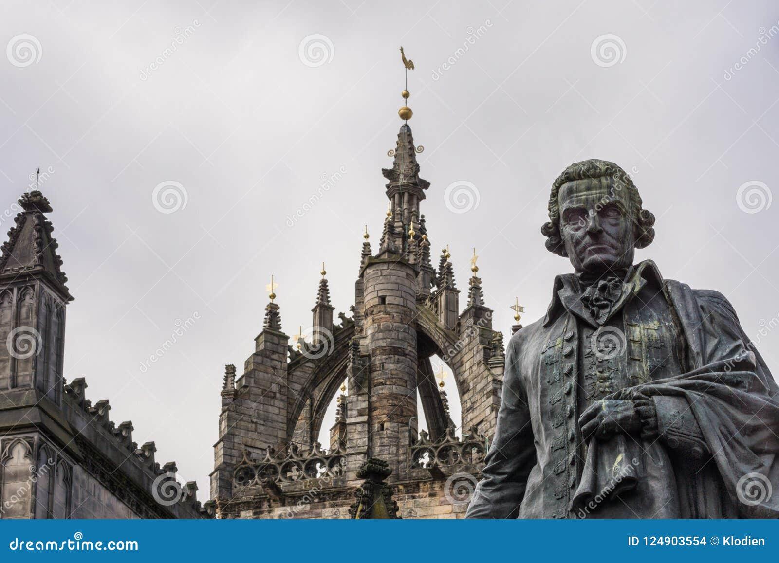 Adam Smith-Statue und Heiliges Gilles Cathedral, Edinburgh, Scotlan