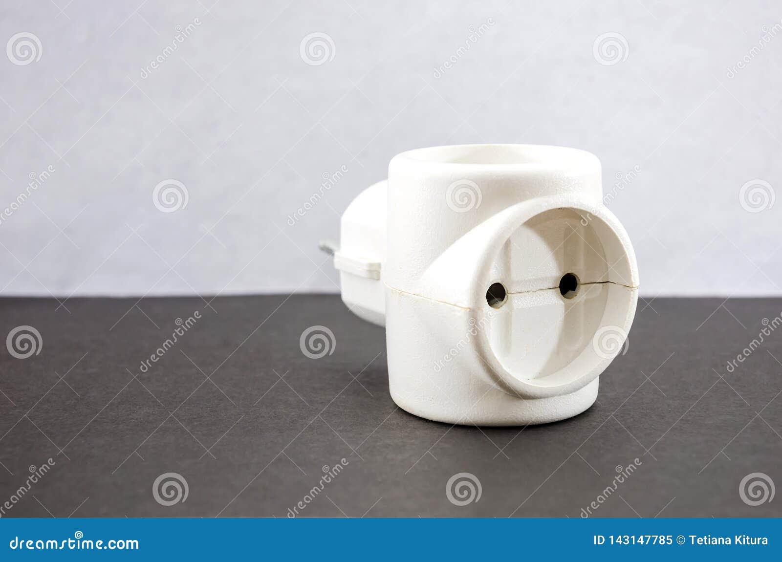 Adaptador branco em um fundo cinzento