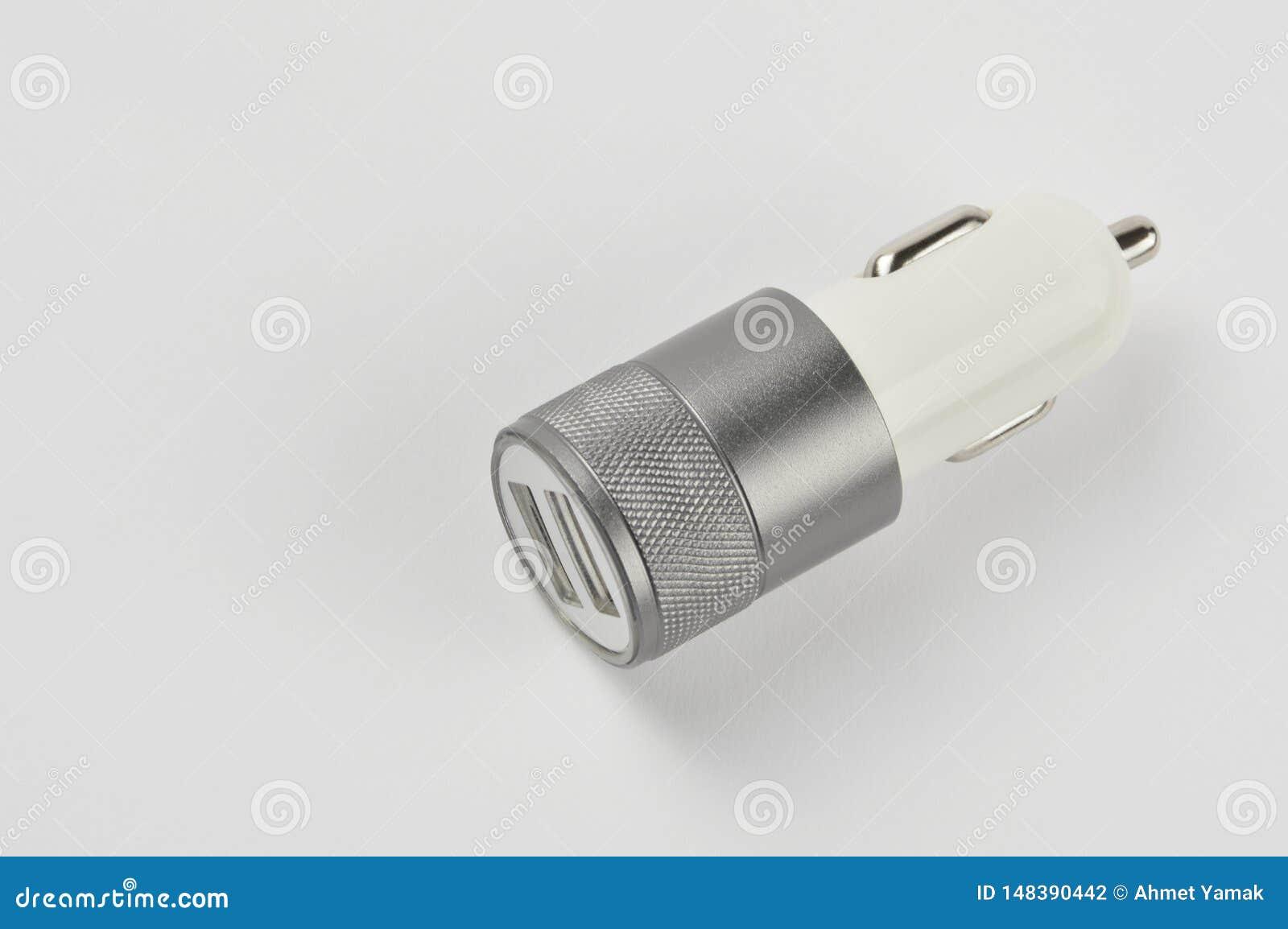 Adaptateur de voiture d USB, chargeur de téléphone sur le fond blanc