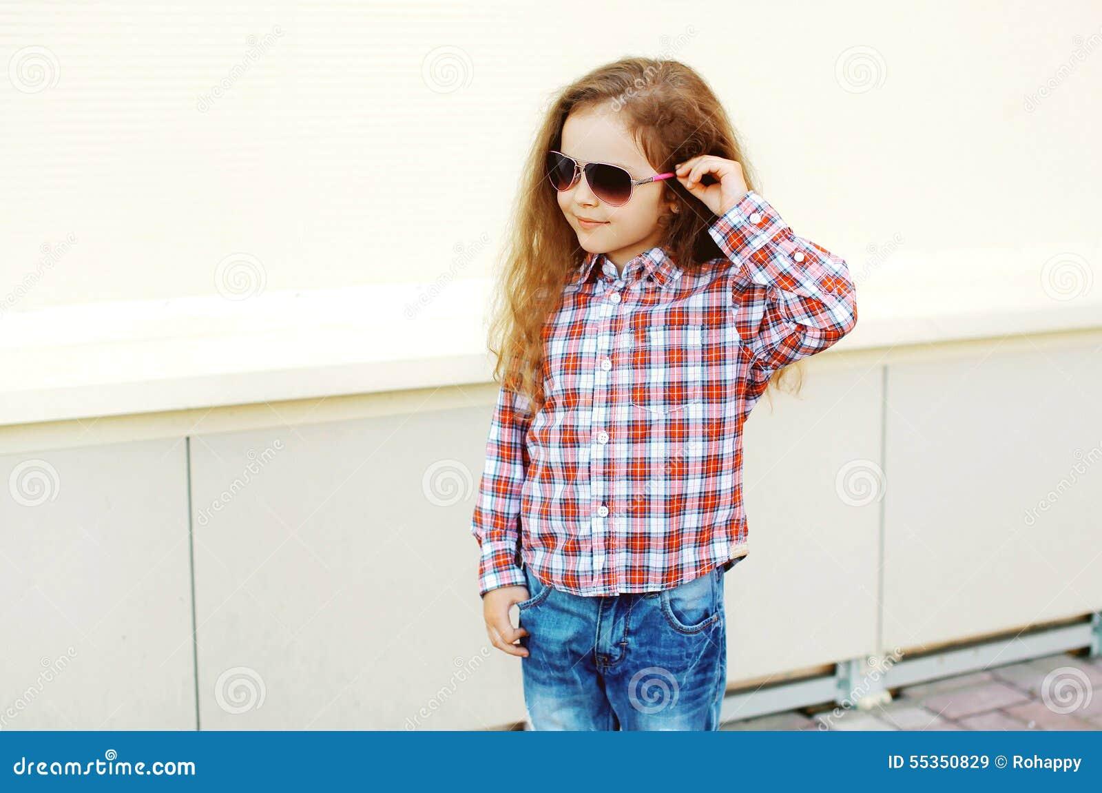 Adatti il concetto del bambino - ritratto del bambino alla moda della bambina