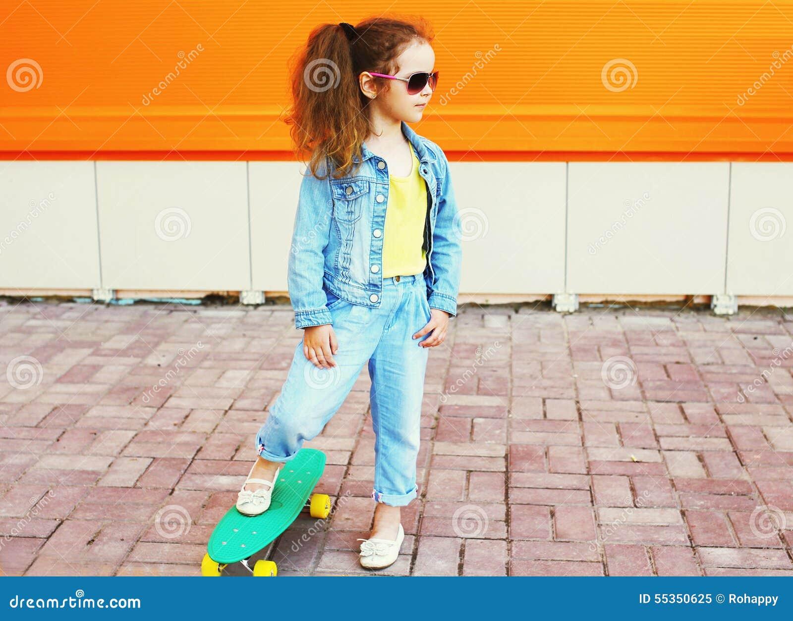 Adatti il concetto del bambino - uso alla moda del bambino della bambina jeans