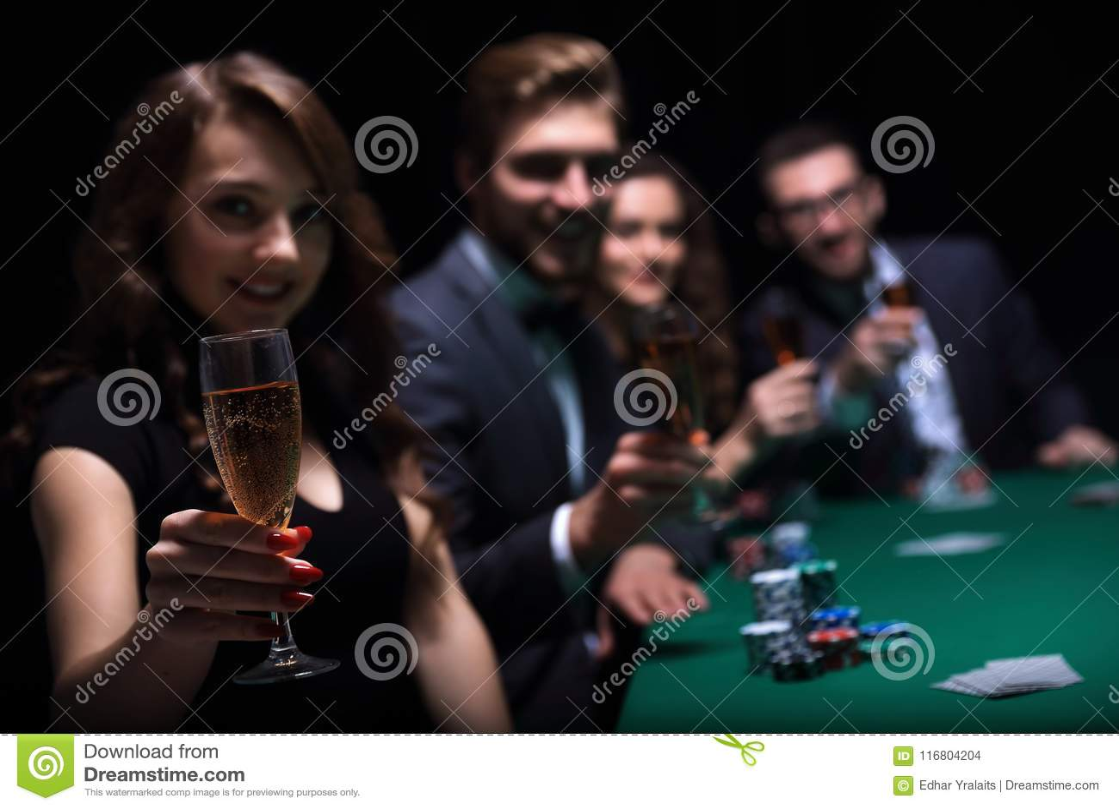 Adatti la donna con i bicchieri di vino, sedentesi ad una tavola in un casinò