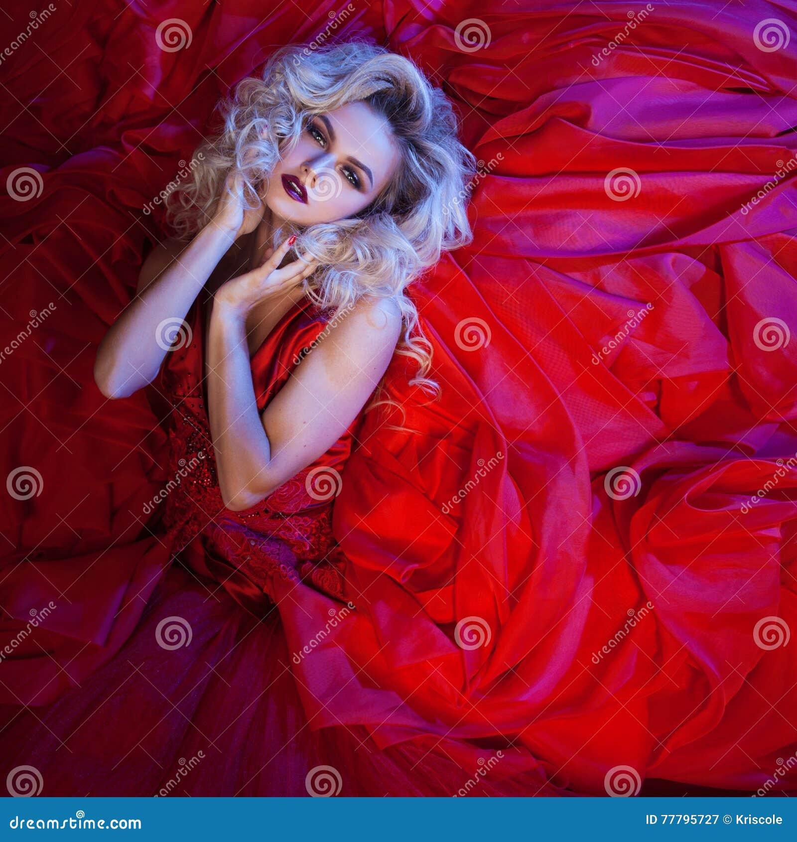 Adatti la foto di giovane donna magnifica in vestito rosso Ritratto dello studio