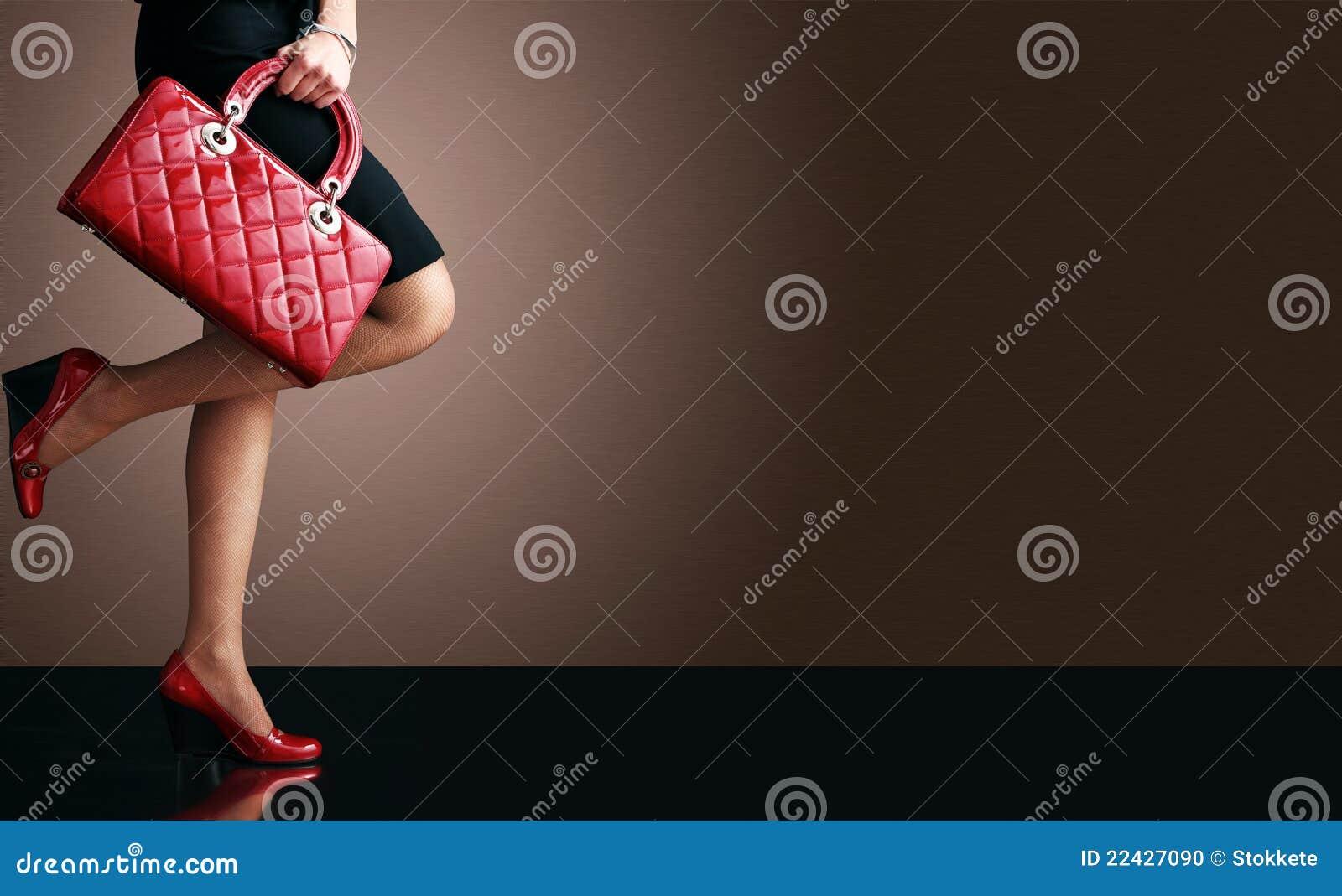 Adatti la foto, piedini sexy della donna con la borsa