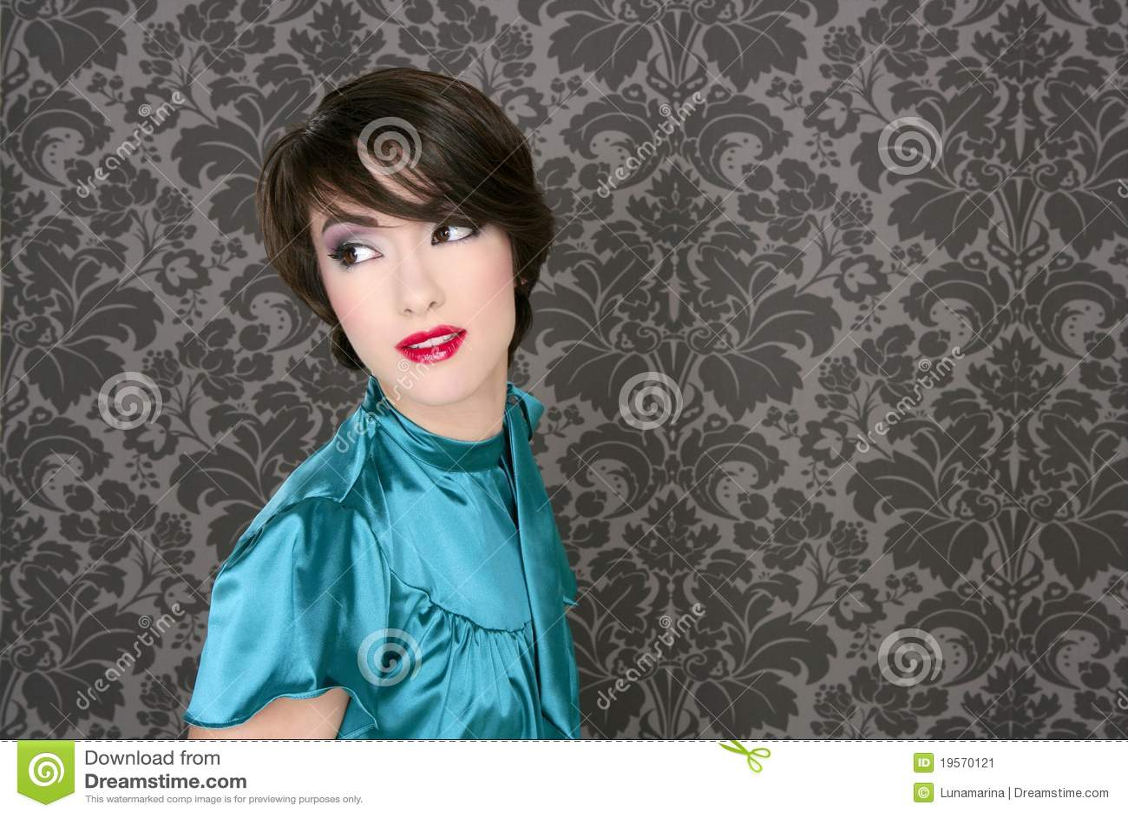 Adatti la retro donna rossa degli orli sulla carta da for Carta da parati damascata rossa
