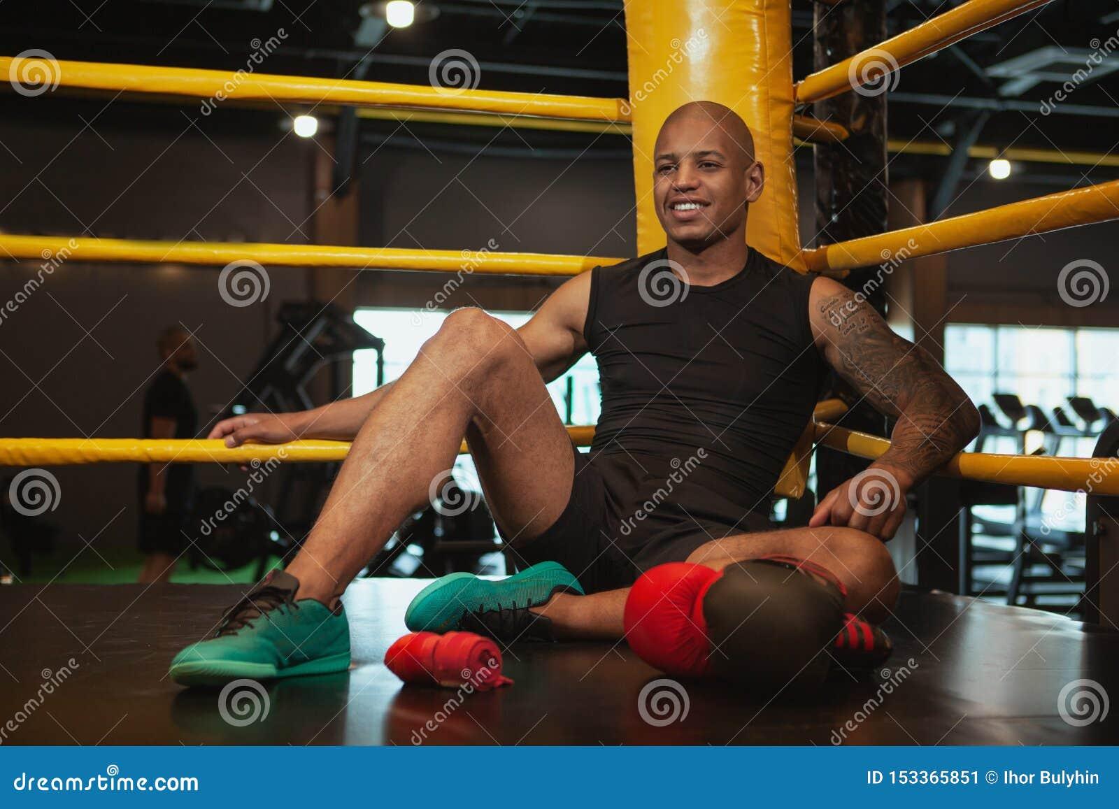Addestramento d inscatolamento maschio africano bello del combattente alla palestra