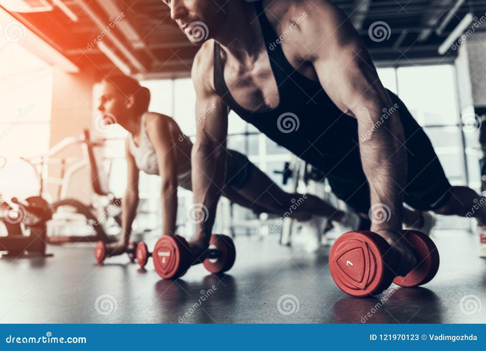 Addestramento della donna e del giovane nel club di forma fisica