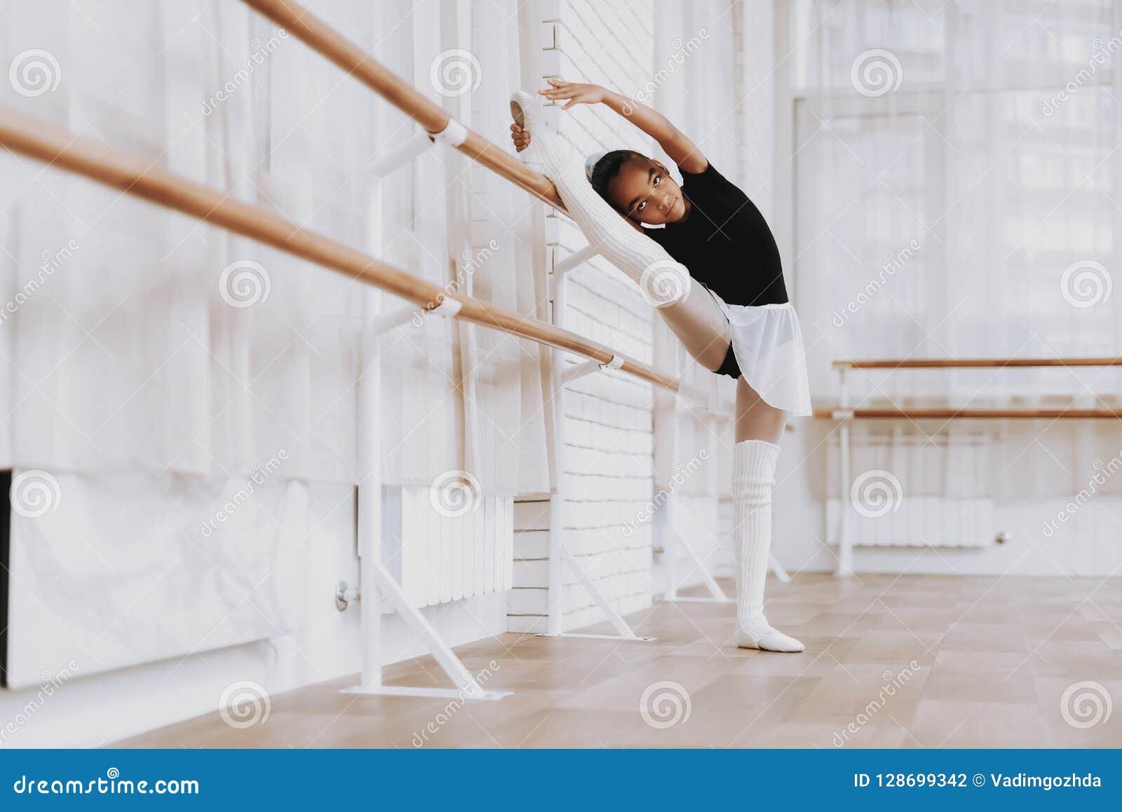 Addestramento di balletto della ragazza in tutu di Balerina