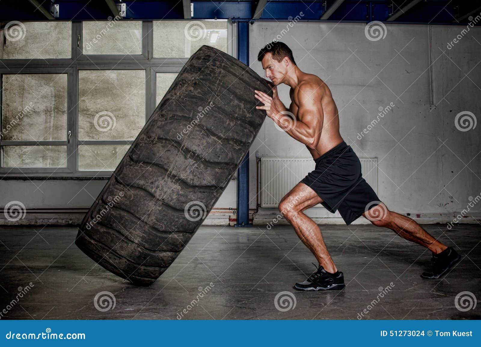 Addestramento di Crossfit - uomo che lancia gomma