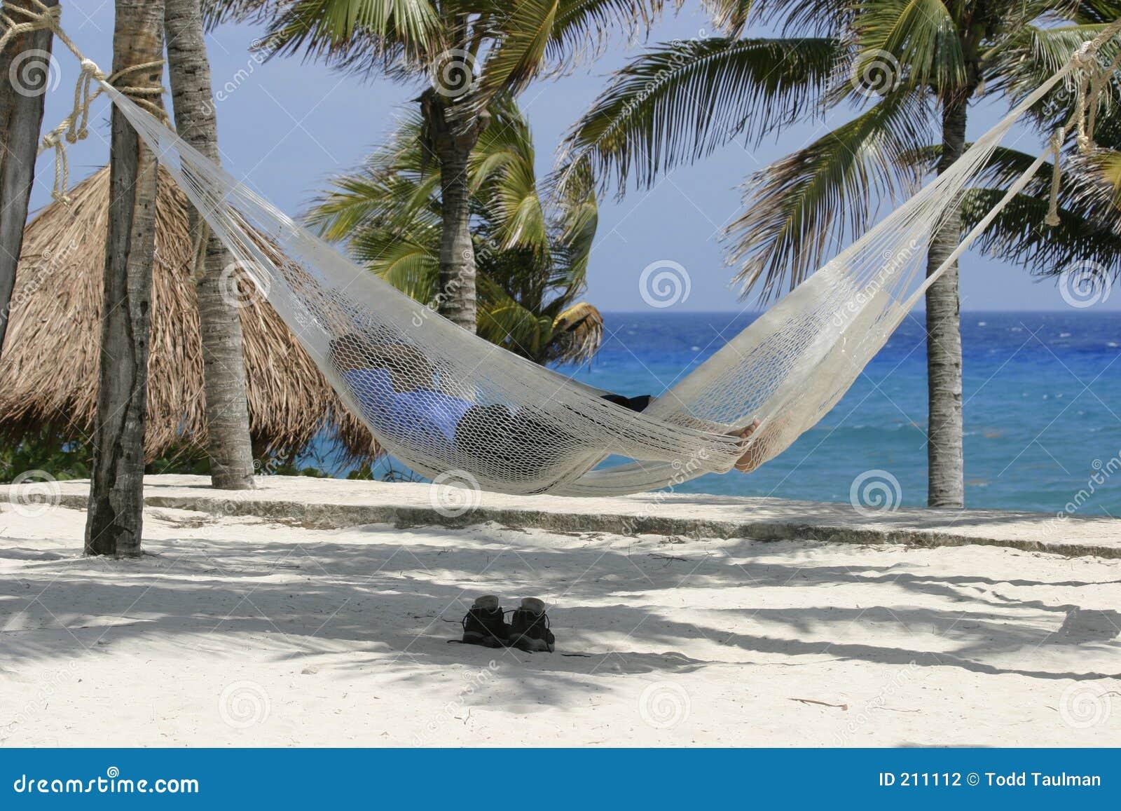 Addormentato sulla spiaggia