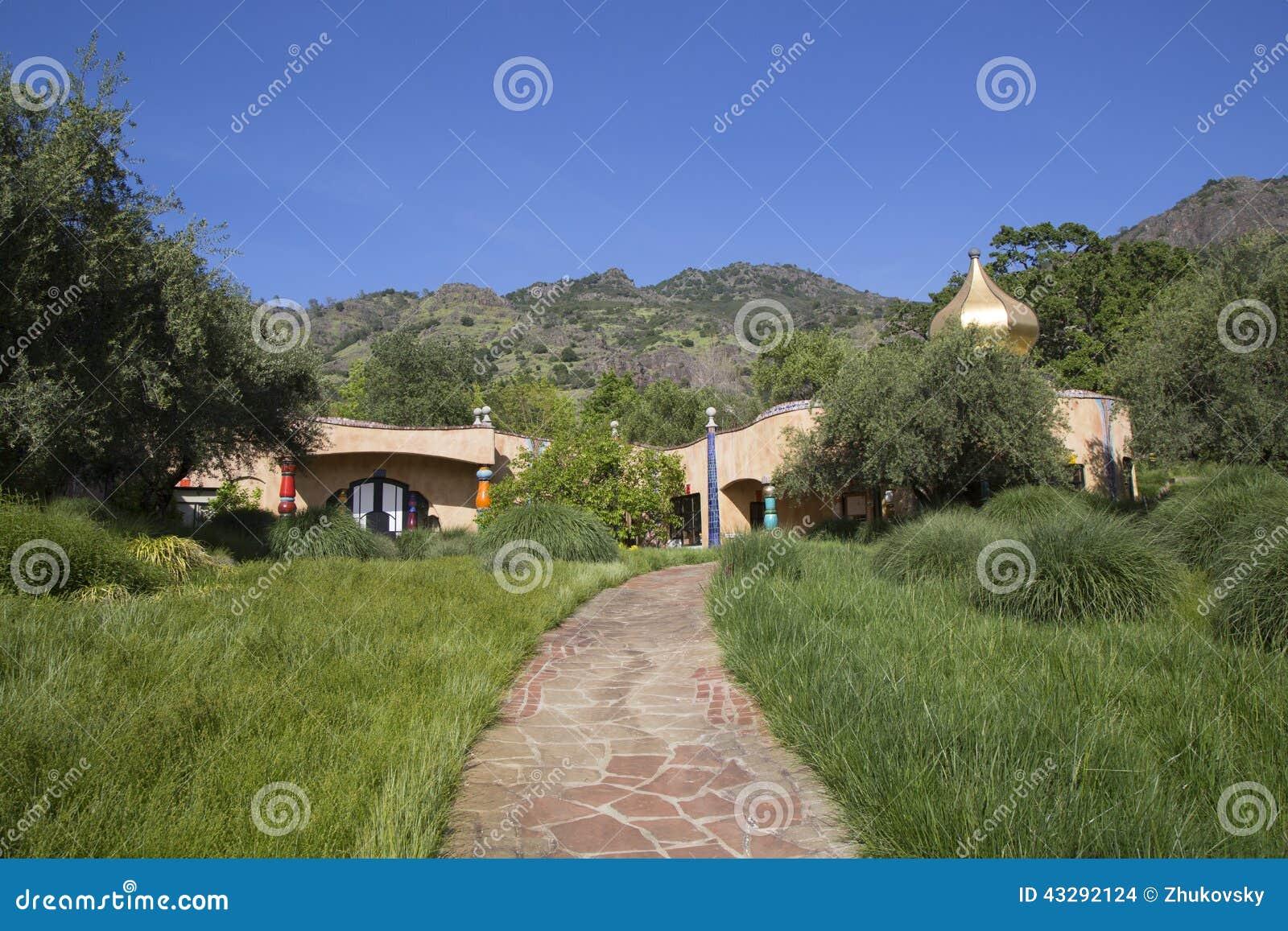 A adega de Quixote em Napa Valley construiu pelo arquiteto vienense Friedensreich Hundertwasser