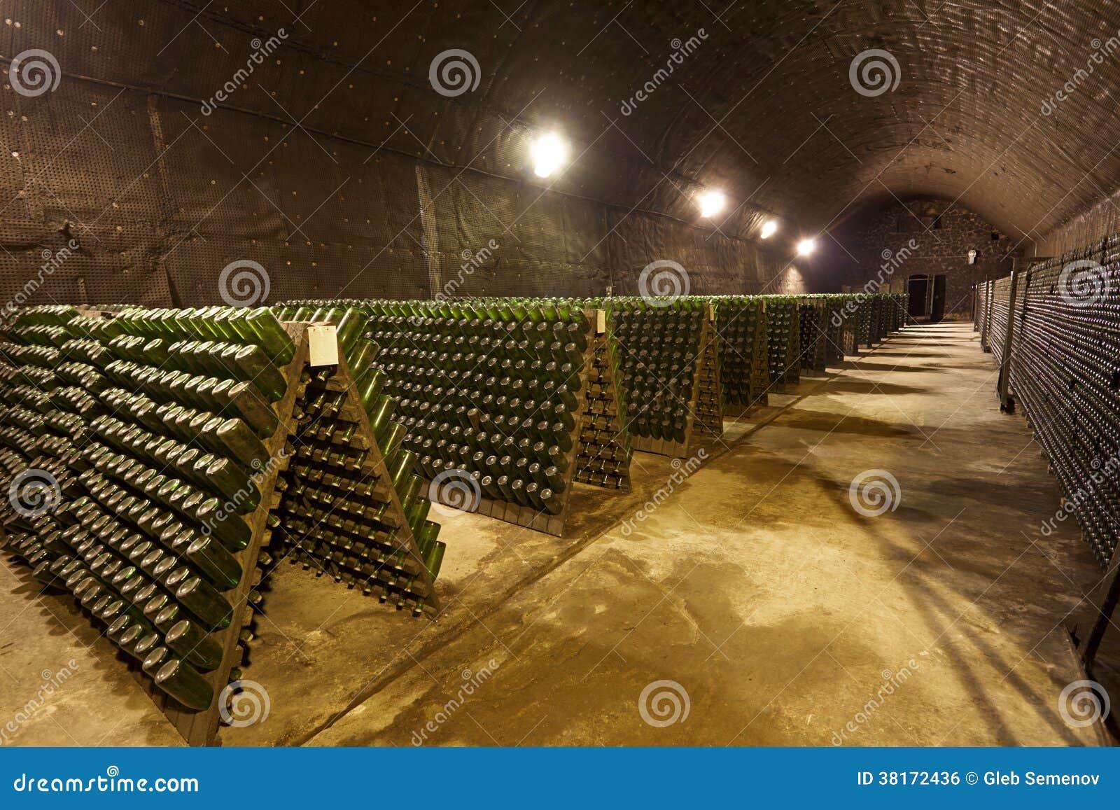 adegas de vinhos : Adega De Vinho Para A Produ??o Industrial Imagem de Stock Royalty ...