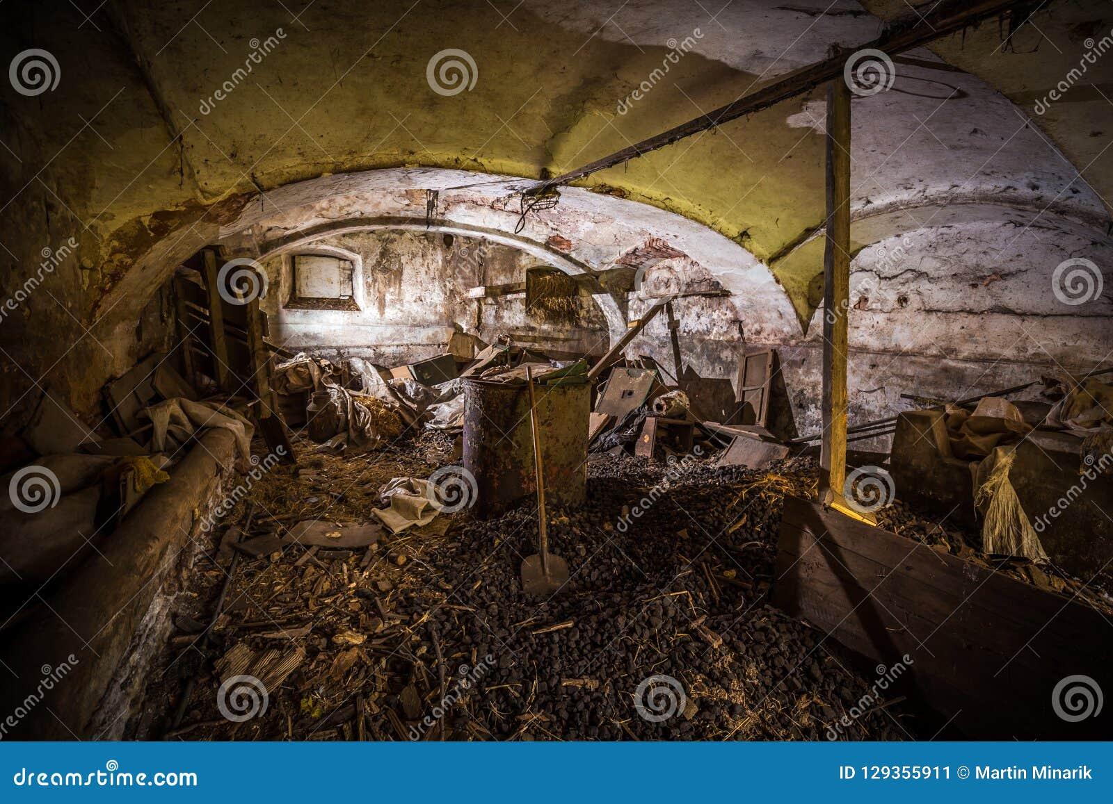 Adega escura assustador abandonada completamente da sucata e do carvão
