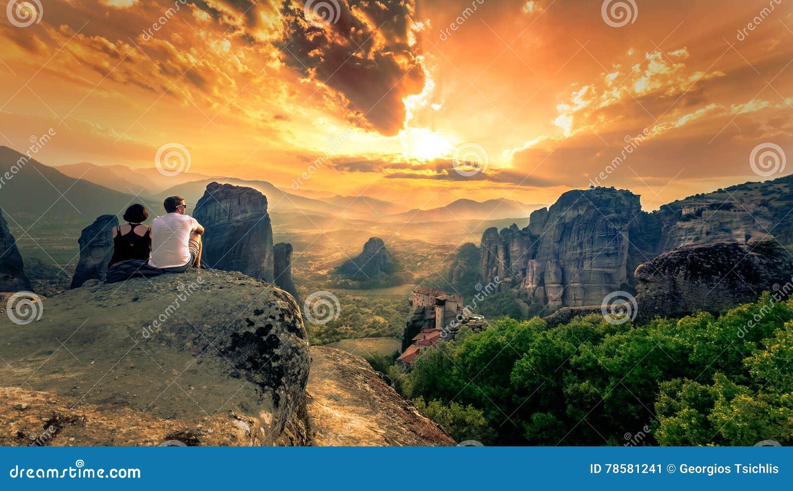 Adembenemende mening van het Klooster van Meteora Roussanou bij zonsondergang, Griekenland