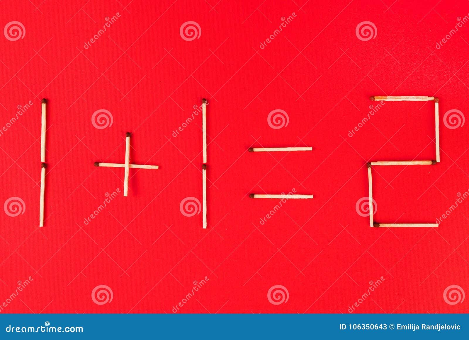 Adição matemática de números usando fósforos no fundo vermelho