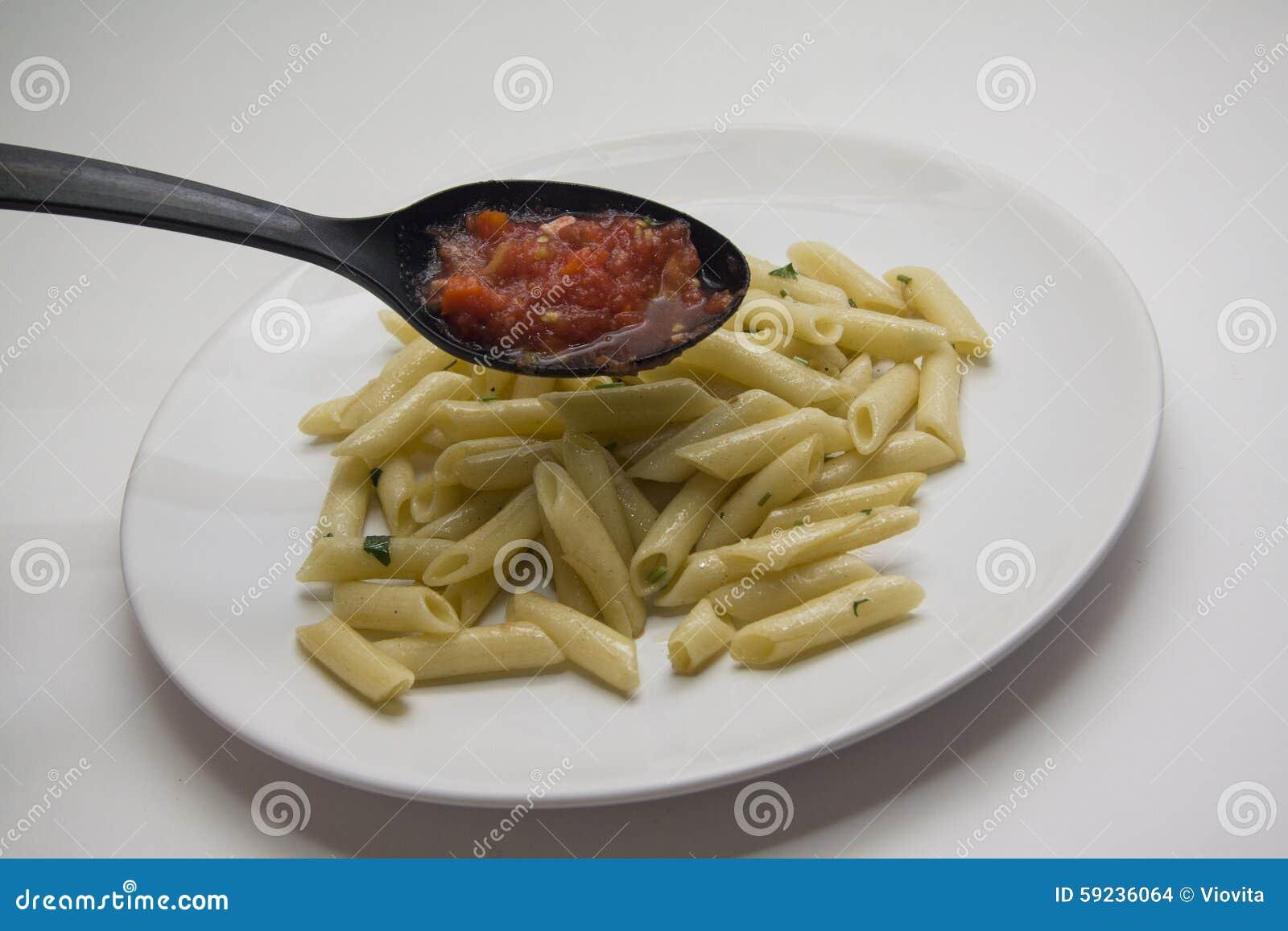 Adición de las pastas del tomate a los tallarines