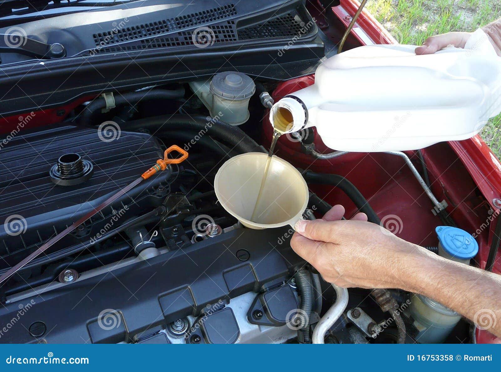 Adicionando o petróleo de motor ao carro