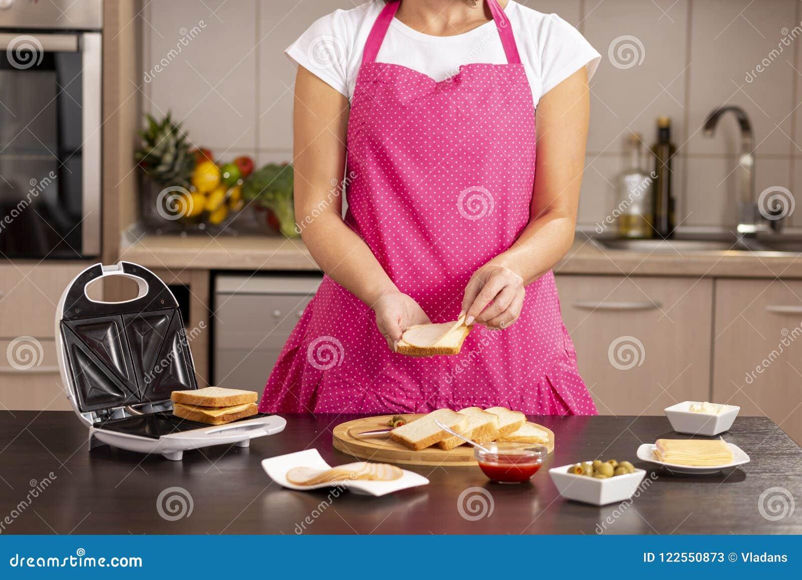 Adicionando o salame em um sanduíche