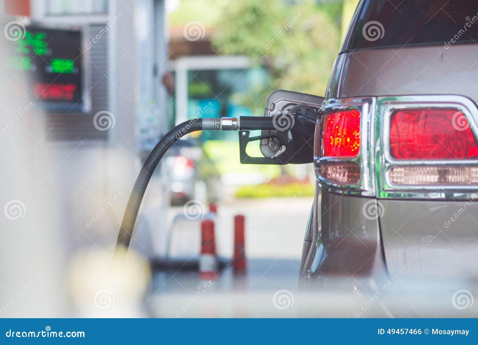 Adicione o carro do combustível no posto de gasolina