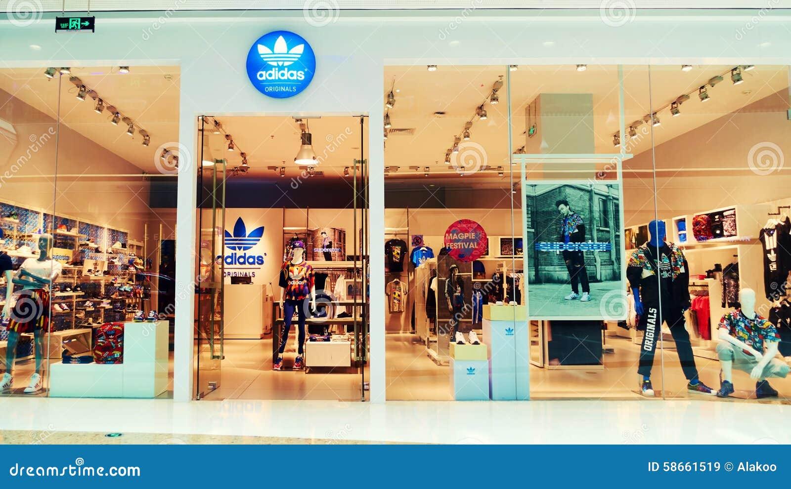Adidas adatta la parte anteriore del negozio del deposito